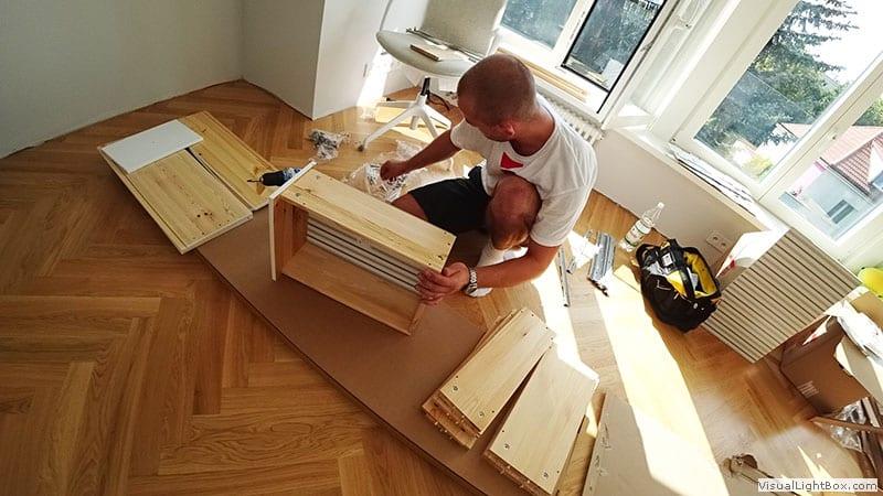 Składanie Skręcanie szuflad białej komody ikea. Montaż mebli ikea