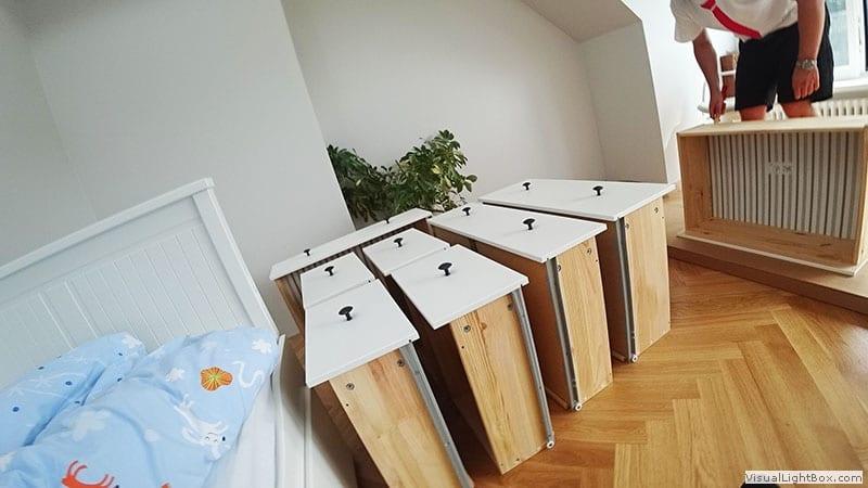 Skręcone i złożone białe szuflady z komody ikea