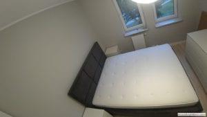 Położenie materaca na konstrukcji łóżka