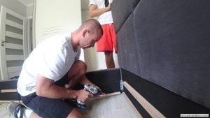 Składanie i skręcanie elementów łóżka do wezgłowia