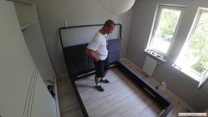 Sprawdzanie złożonej i skręconej konstrukcji łóżka